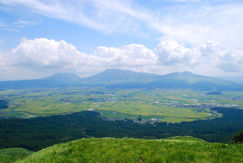 1024px-Mt.Aso_and_caldera01